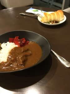 This time I returned to Japan by JAL. There is no meal at night flight. I ate curry at the refurbished JAL lounge.