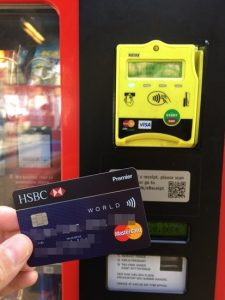"""HSBC Hong Kong credit card is accompanied by Mastercard 's Contactless. Push the number of the item you want. Press """"Start"""" on the yellow device. Payment is completed when bringing the credit card closer. very convenient."""